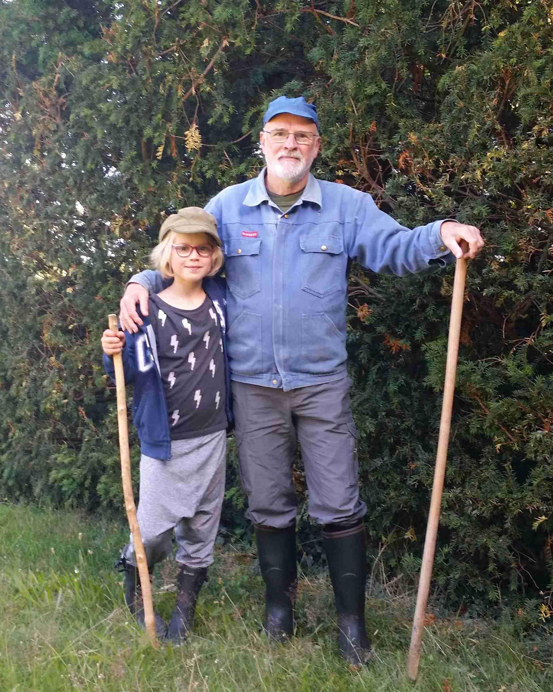 Anton Raundahl og barnebarnet Clara på vej ud for at kigge til naboens røde køer.